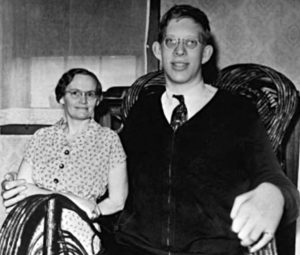 Robert-Wadlow-with-Mother-wicker chair